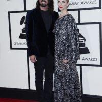 Dave Grohl (i) de Foo Fighters y su esposa Jordyn Blum (d) posan a su llegada a la ceremonia de entrega de los 58 edición de los Premios Grammy hoy, lunes 15 de febrero de 2016, en el Staples Center de Los Ángeles, California Foto:EFE. Imagen Por: