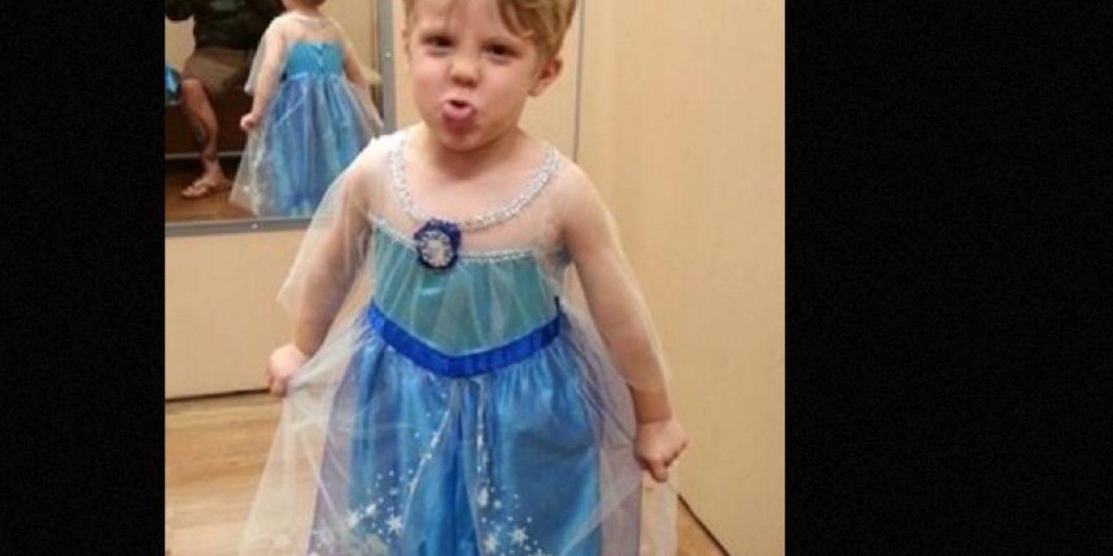 """En el post se observa a su pequeño de tres años luciendo el vestido de Elsa de la película """"Frozen"""". Según menciona Paul, su hijo eligió ese disfraz para Halloween. Foto:vía Imgur. Imagen Por:"""