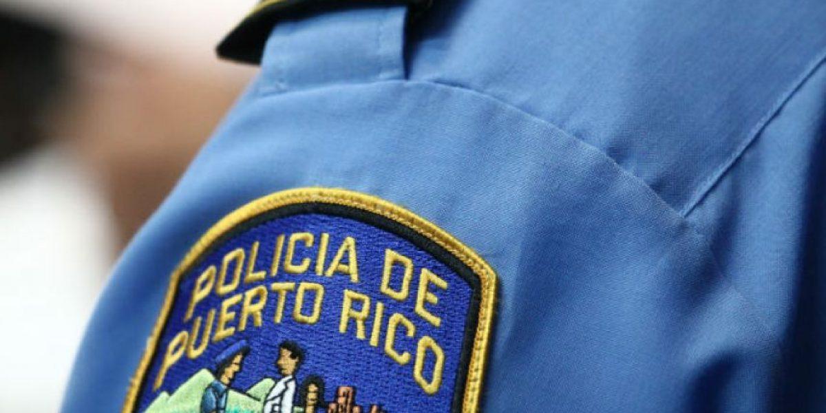 Mujer acusada de fraude se entrega a la Policía