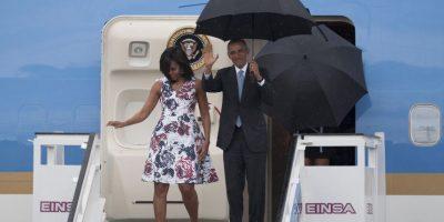 La primera dama optó por un diseño de Carolina Herrera para su llegada a Cuba. Foto:AP. Imagen Por: