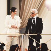 Con Karl Lagerfeld aceptando su contrato con Chanel. Foto:Vía Instagram/@kendalljenner. Imagen Por: