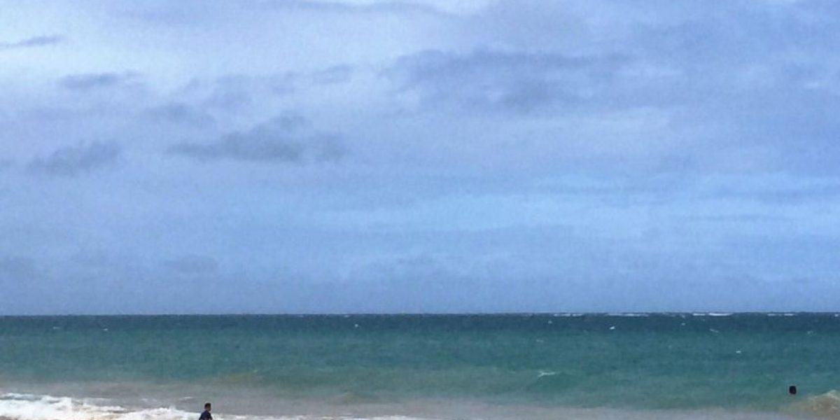 Lluvia aleja bañistas de playas en zona Metro el Sábado de Gloria