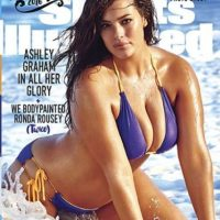 """Es la primer modelo plus size en participar en una edición de """"Sports Illustrated"""" Foto:Vía Instagram/@theashleygraham. Imagen Por:"""