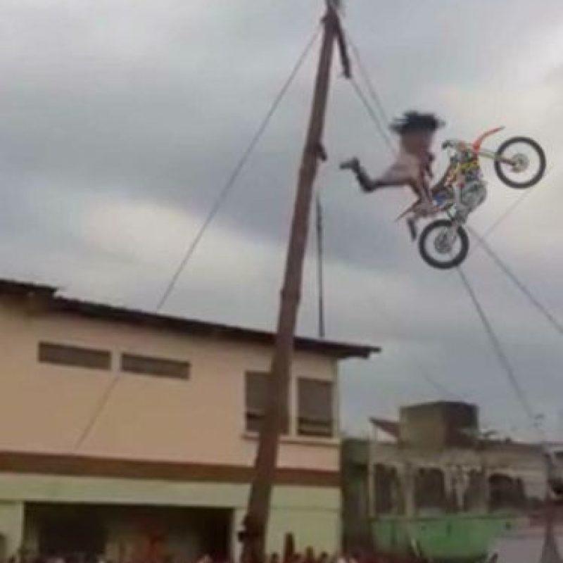 """El """"Cristo"""" se cayó de cuatro metros de altura. Foto:vía Facebook/Pepe la Rana. Imagen Por:"""