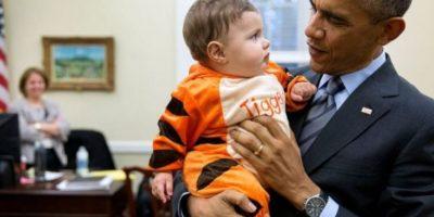 Al parecer disfruta de cargar a los más pequeños. Foto: Vía whitehouse.gov/photos. Imagen Por: