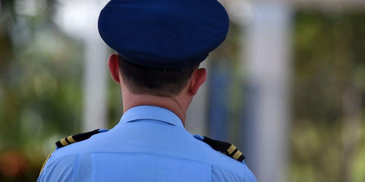 Arrestan a hombre por apuntar con pistola de juguete a policías