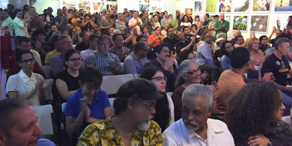 Entusiasmo por Bernie en la primera reunión de campaña en la Isla