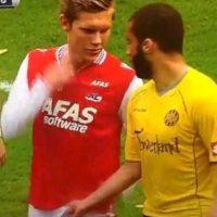 """6. Toqueteo """"a lo Michel"""" en la Eredivisie Foto:Vía twitter.com/MeneerManuel. Imagen Por:"""