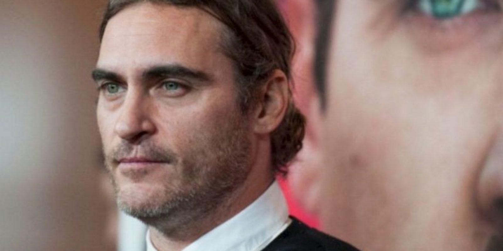 Joaquin Phoenix vio morir a su hermano River (famoso actor en los años 90), de una sobredosis frente al club de Johnny Depp. De hecho, él fue el que llamó a emergencias esa noche. Foto:vía Getty Images. Imagen Por: