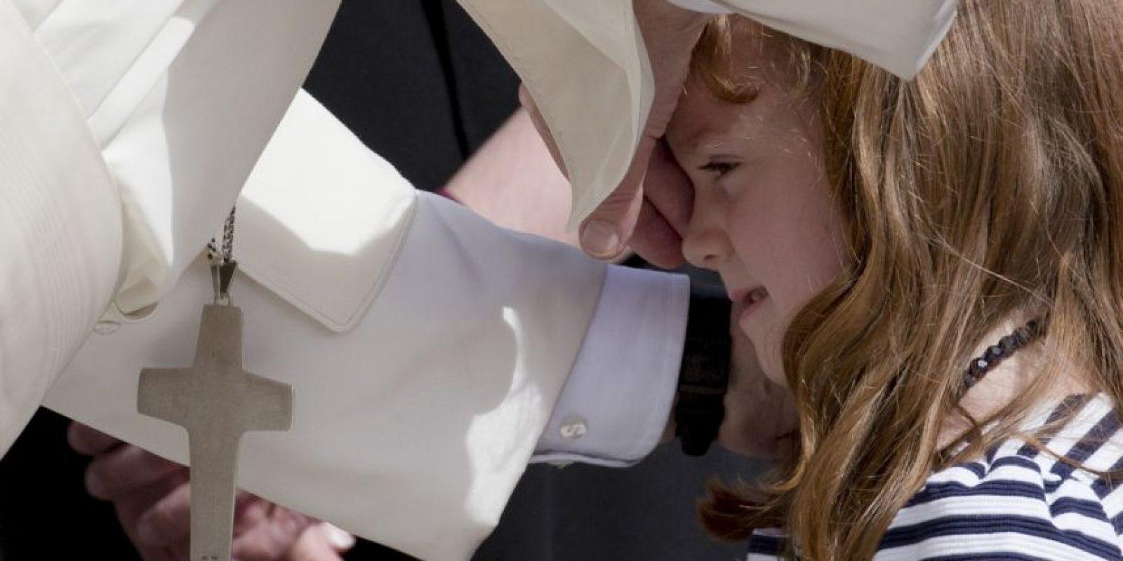 La pequeña parecía estar muy tranquila frente a la presencia del religioso. Foto:AP. Imagen Por: