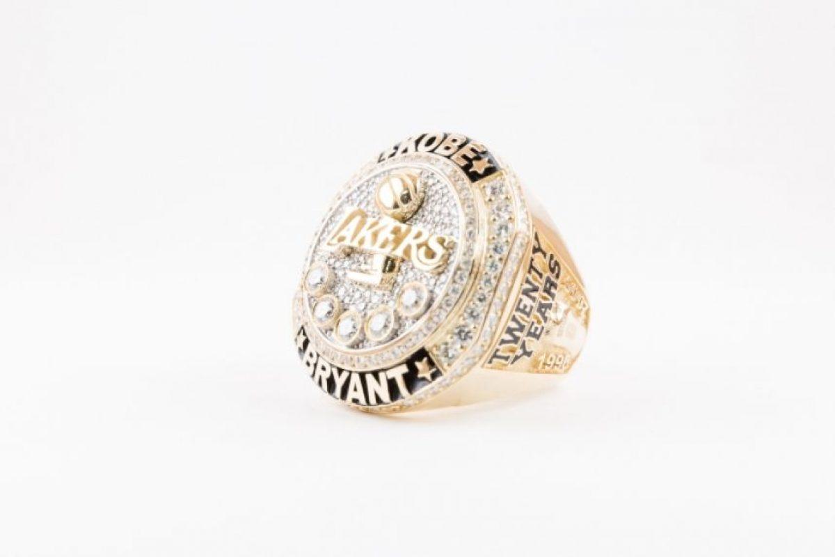 """Tiene 5 diamantes grandes, que recuerdan los cinco títulos que ganó """"Black Mamba"""". Foto:nba.com. Imagen Por:"""