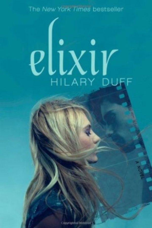 Hilary Duff es la autora de esta novela que narra la vida de Clea Raymond, una fotógrafa que tras la desaparición de su padre, comienza a experimentar extraños encuentros con un hombre al que nunca había visto pero que la hace sentir una fuerte conexión. Foto:Amazon. Imagen Por: