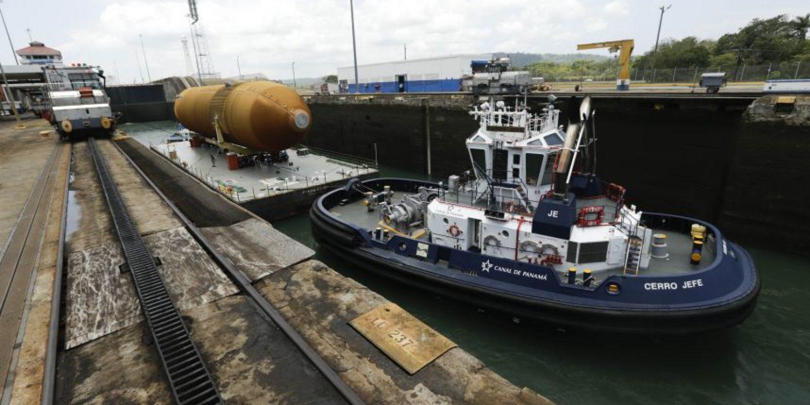 Una barcaza y su remolcador transportan un gigantesco tanque de combustible utilizado por un transbordador espacial de la NASA a través de las esclusas del Canal de Panamá. Foto:AP. Imagen Por: