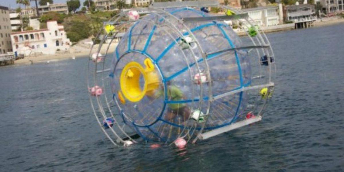 Rescatan hombre que cruzaba el mar en una burbuja