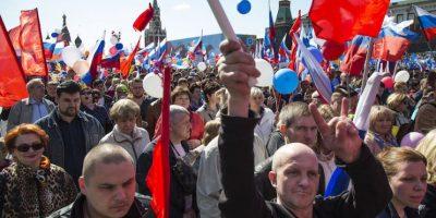 Rusos ondeando banderas y coreando lemas en su camino hacia la Plaza Roja de Moscú con motivo del Primero de Mayo, en Moscú, Rusia, el domingo 1 de mayo de 2016. Foto:AP. Imagen Por: