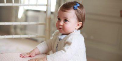 En esta foto sin fecha difundida el domingo 1 de mayo de 2016 por el palacio de Kensington se ve a la princesa Charlotte, en Anmer Hall, en Norfolk, Inglaterra. Foto:AP. Imagen Por: