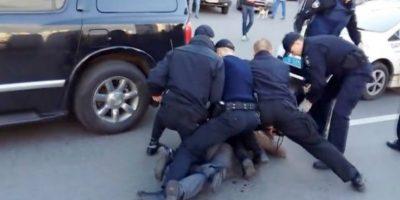 Se necesitaron hasta siete policías para detener a Vyacheslav Oliynyk Foto:Twitter. Imagen Por: