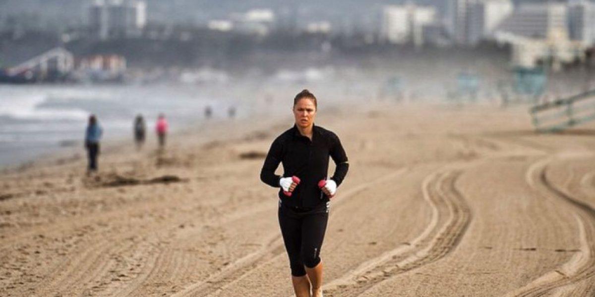 Ronda entrena en la playa para volver a la jaula