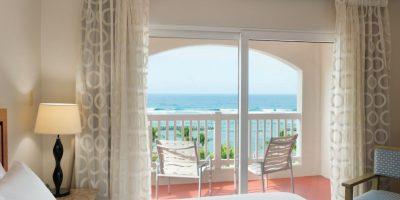 La propiedad cuenta con 174 cómodas suites sencillas o dobles, todas con balcones y espectaculares vistas panorámicas al mar o las montañas.. Imagen Por: