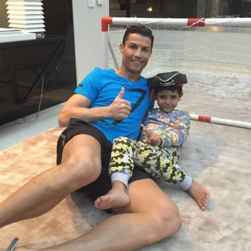 En el 2010, el futbolista Cristiano Ronaldo anunció por redes sociales que era padre de un niño Foto:Vía instagram.com/cristiano/. Imagen Por: