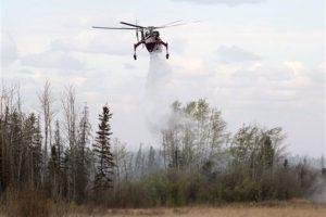 Los equipos de trabajo buscan la manera de detener el fuego, del cual aún se desconoce el origen. Foto:AP. Imagen Por: