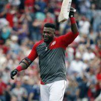 David Ortiz de los Medias Rojas de Boston levanta la segunda base tras decidir la victoria ante los Astros de Houston el sábado 14 de mayo de 2016. Foto:AP. Imagen Por: