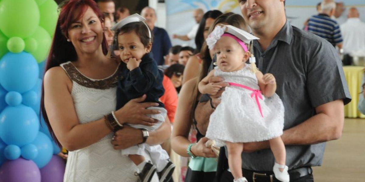 Bebés prematuros celebran graduación