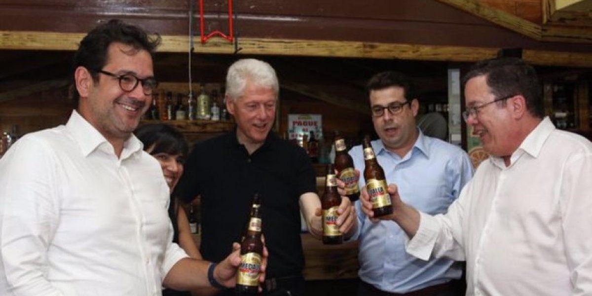 Clinton se da su cervecita en Guavate