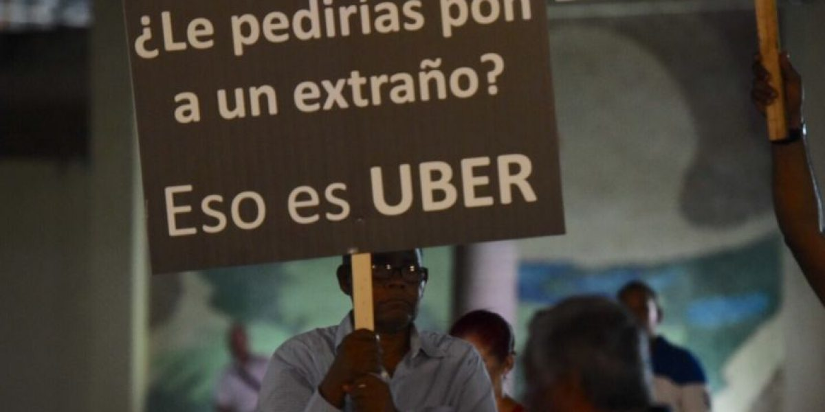Taxistas protestan por llegada de Uber