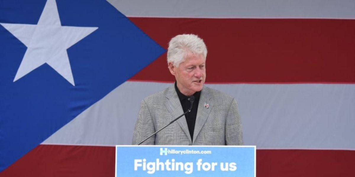 Bill Clinton hace aparición fugaz en P.R.