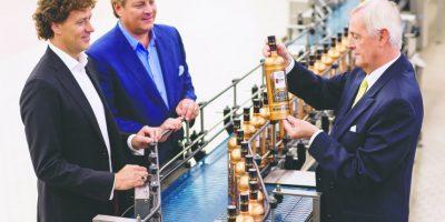 Los hermanos Bob y Carl Nolet, Jr., junto con su padre Carolus Nolet, Sr., inspeccionan la botella especial de Ketel One con motivo del 325 aniversario de la destilería familiar. Foto:suministrada. Imagen Por: