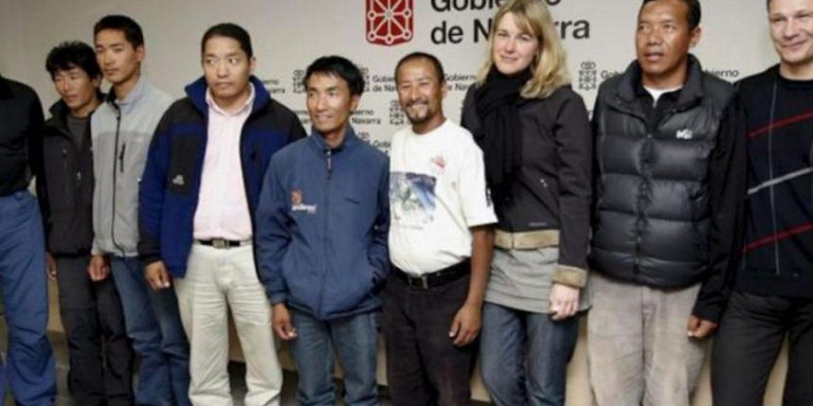 El 15 mayo de 2013 falleció Alexéi Bolótov, un alpinista ruso que murió tras precipitarse al vacío mientras trataba de abrir una nueva ruta por la cara suroccidental del Everest. En la foto en el hombre con pantalón negro de la derecha. Foto:Getty Images. Imagen Por: