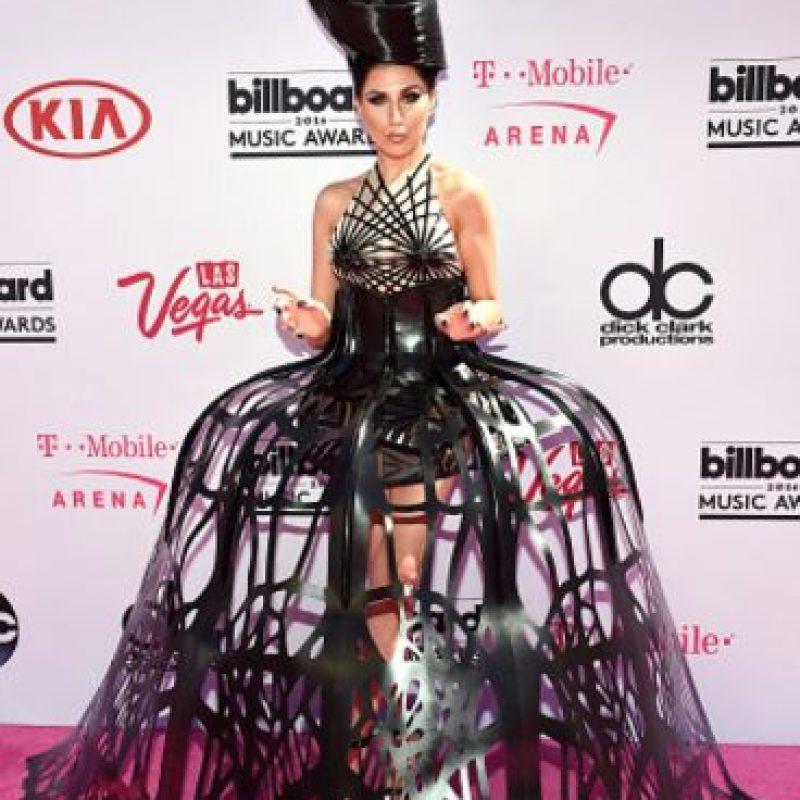Z Lala quiere ser la nueva Lady Gaga. El problema es que esto ya se ha visto antes. El vestido habría sido menos obvio con una abertura menos amplia y con algo que la hubiera estilizado arriba, complementario con el tocado. Foto:vía Getty Images. Imagen Por: