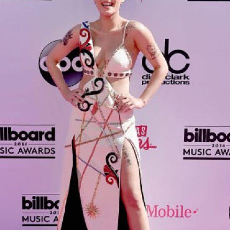 Buen intento, Halsey. El problema es que luces como esas chicas Playboy con la parte de arriba de un intento de vestido artístico. Foto:vía Getty Images. Imagen Por: