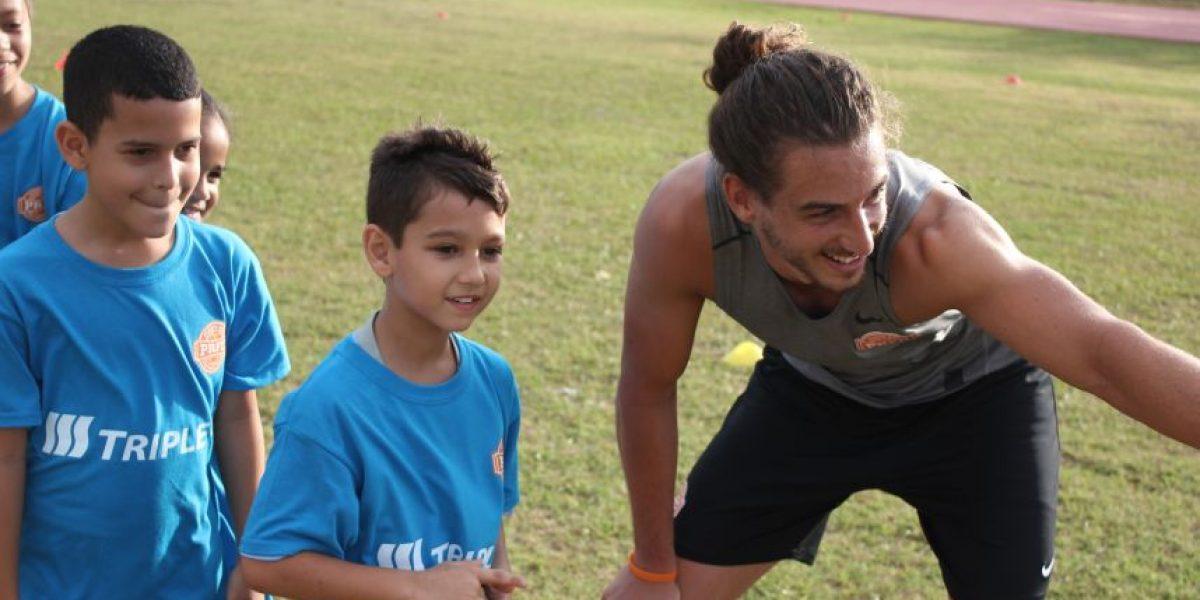 Jugadores del PRFC ofrecen clínicas a niños