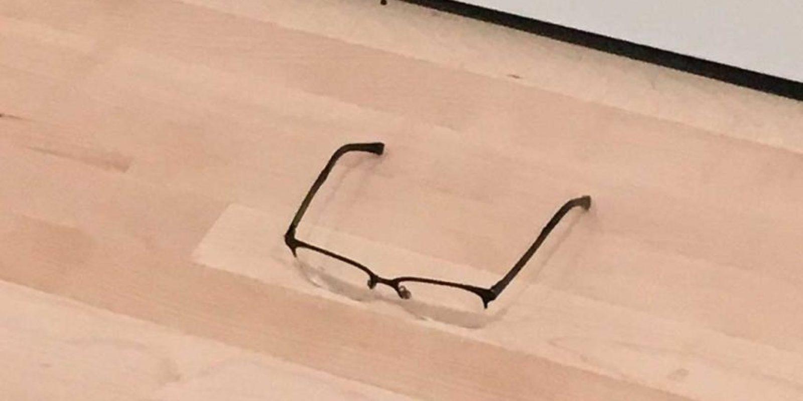 Estos lentes fueron puestos sobre el suelo en una galería del Museo de Arte Moderno de San Francisco Foto:Twitter @TJCruda. Imagen Por: