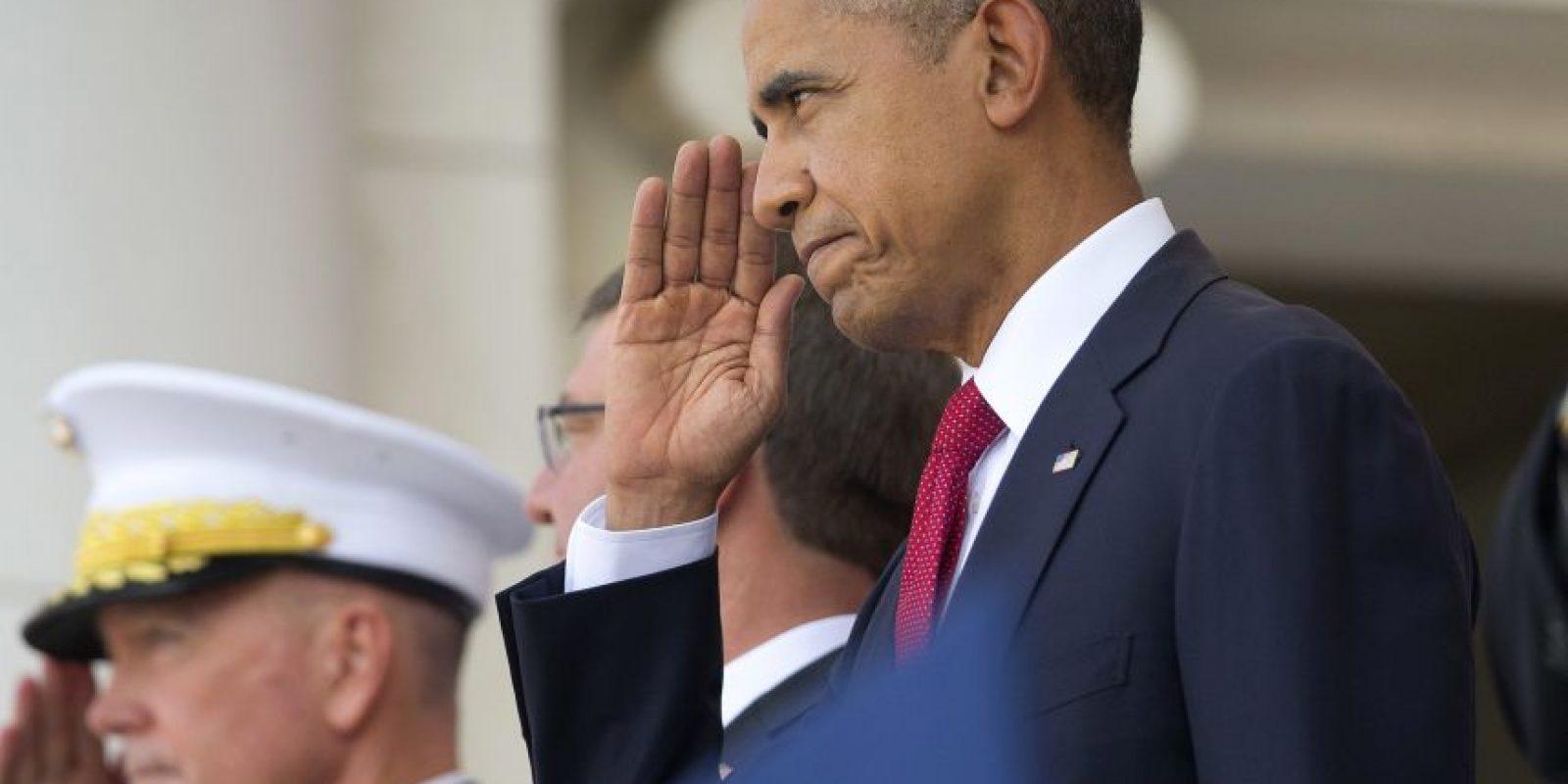 El Día de la Recordación es un homenaje a los hombres y mujeres que dieron su vida sirviendo en las Fuerzas Armadas de los Estados Unidos y se celebra el último lunes del mes de mayo. En la foto, el presidente de Estados Unidos, Barack Obama, durante un homenaje a los soldados caídos en el Cementerio Nacional de Arlington en Virginia. Foto:AP. Imagen Por: