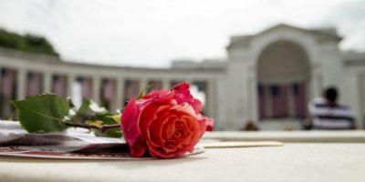 Una rosa en un asiento antes de que el presidente Barack Obama hable durante una ceremonia en el anfiteatro en memoria de los caídos en guerras del Cementerio Nacional en Arlington, Virginia. Foto:AP. Imagen Por: