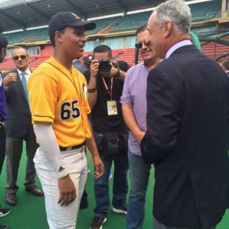 Jean Carlos Correa, hermano de Carlos Correa platicó con el comisionado Manfred. Foto:Twitter. Imagen Por: