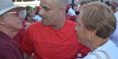A su llegada al punto de culminación en Canóvanas, decenas de personas esperaban a Héctor Ferrer, lo lo aclaman y lo abrazan. Foto:Suministrada. Imagen Por: