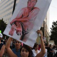 Manifestantes a favor y en contra de Trump se enfrentan en California Foto:AFP. Imagen Por: