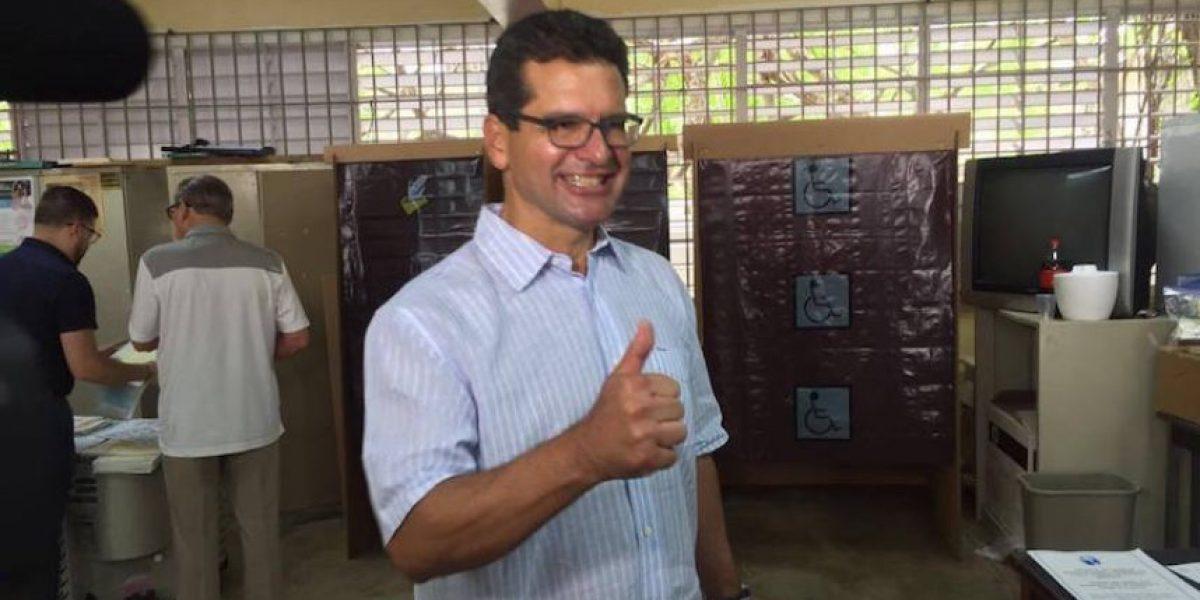 Políticos ejercen su voto en las Primarias 2016