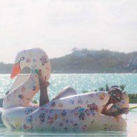 Después un bikini rosa sobre un cisne inflable Foto:Vía Instagram/@mdollas11. Imagen Por:
