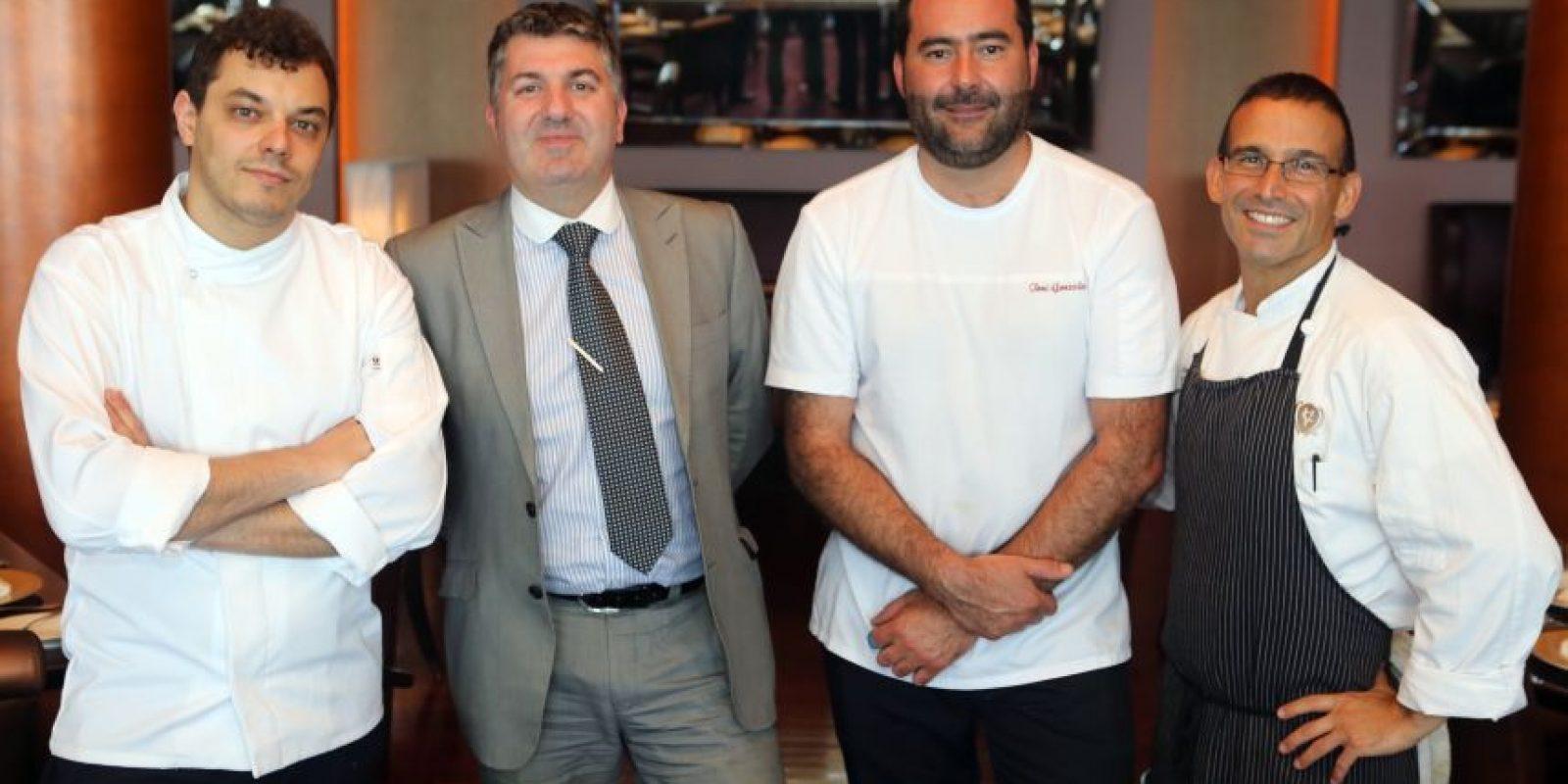 Roberto Terradillos, Rafael Prieto y José Antonio González, junto al chef anfitrión, Juan José Cuevas. Foto:Suministrada. Imagen Por: