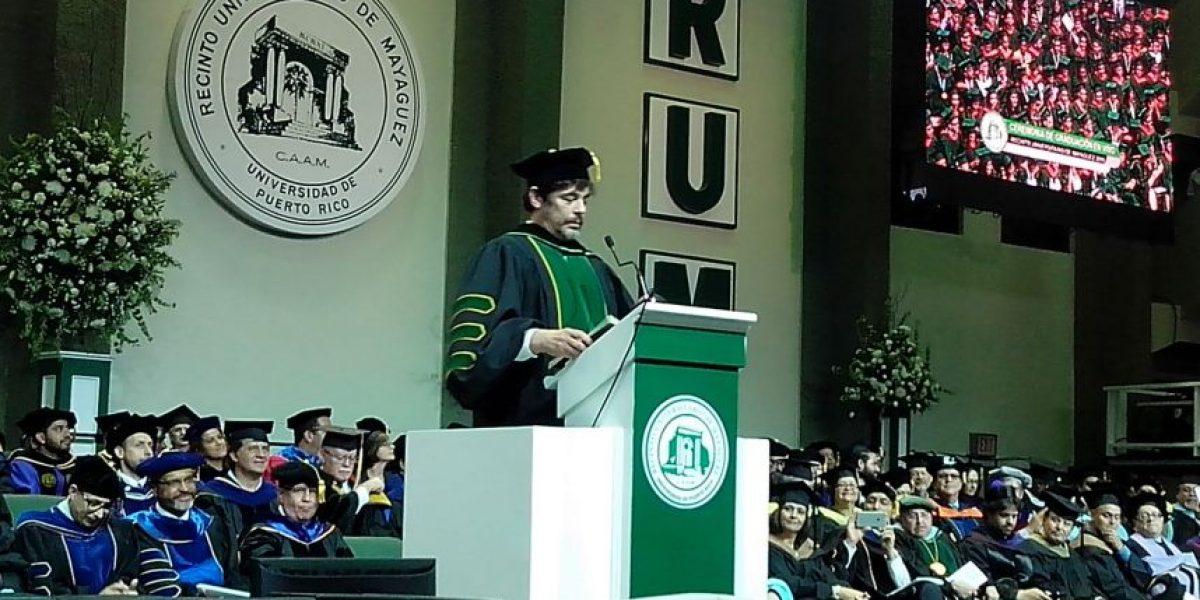 Benicio del Toro aconseja a graduados del RUM 2016