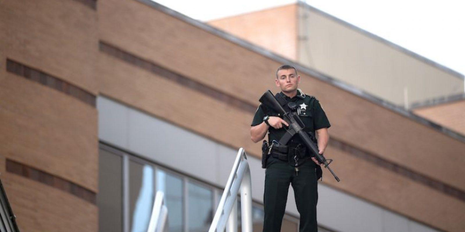 Un policía monta guardia fuera del hospital Orlando Regional Medical Center después de una balacera en el cercano centro nocturno Pulse Orlando, el domingo 12 de junio de 2016 en Orlando, Florida. Foto:AP. Imagen Por: