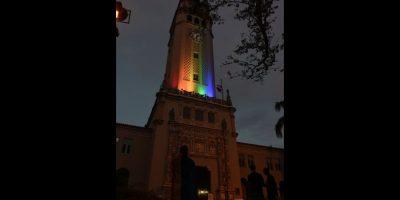La Torre de la Universidad de Puerto Rico, Recinto de Río Piedras, iluminada con los colores de la bandera de la comunidad Lésbica, Gay, Bisexual, Transexual y Transgénero (LGBTT. Foto:Dennis Jones. Imagen Por: