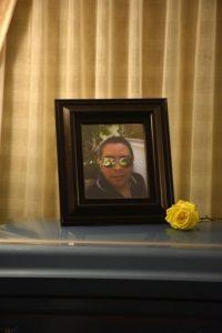 Una rosa amarilla posaba al lado de una foto de Jimmy sobre el ataúd. Foto:Dennis Jones. Imagen Por: