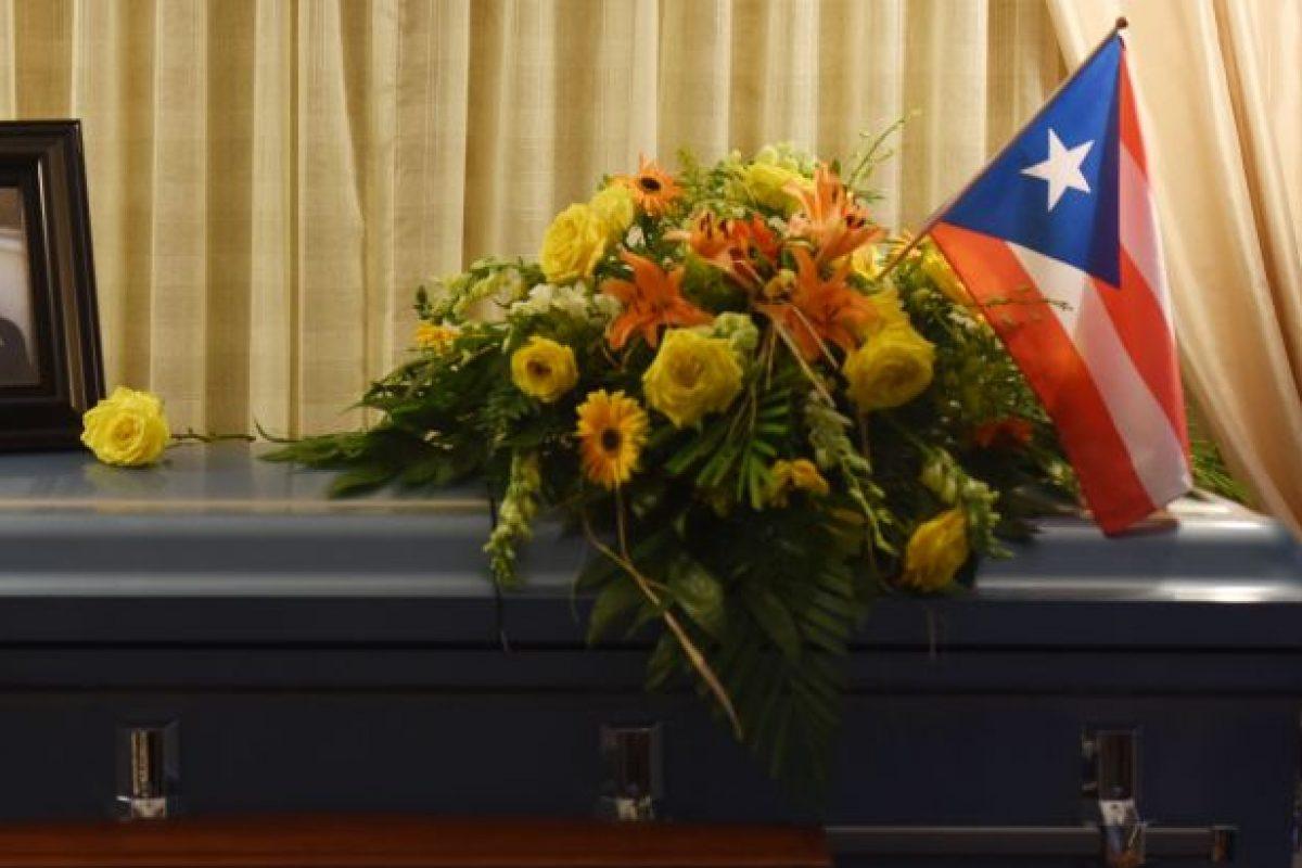 En la capilla en la funeraria, un ataúd color gris azulado resguardaba cerrado el cuerpo de Jimmy. Sobre la caja, posaba una foto de Franky sonriendo, un ramo de girasoles y rosas amarillas y una bandera de la tierra que le vio nacer, Puerto Rico. Foto:Dennis Jones. Imagen Por: