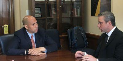 El gobernador Alejandro García Padilla en reunión con el senador Cory Booker Foto:Suministrada. Imagen Por:
